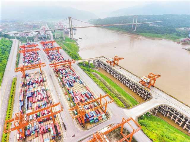 2018年8月,中国国际智能产业博览会永久落户重庆;今年春天,短短一个月